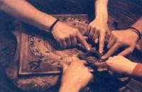 Cầu cơ có từ bao giờ không ai biết,chỉ biết ở VN đã lưu truyền rất lâu,và đã nhiều người thử cầu cơ,để gọi hồn,tìm hiểu về thế giới tâm linh để mà thỏa mãn trí tò mò của mình…. Với bộ đồ nghề gồm một miếng bìa cứng,có kẽ ô và ghi các chữ […]