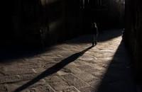 Chiếc Bóng – Truyện Ma Mới Nhất 2015 Nghệ sĩ ưu tú Hà Phương Nhìn Sơn lúc này cũng hiểu hắn vừa trãi qua một việc gì ghê gớm, một cú shock khủng khiếp nên mới ra nông nỗi. Tôi định hỏi ngay, nhưng kịp dằn xuống để Sơn lấy lại bình tĩnh