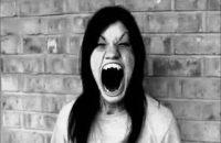 Mẹ tôi bảo đêm mấy hôm trước khi sinh tôi ở bệnh xá xã.Mẹ thấy trong người khó chịu nên ra ngoài đi lại,Bất chợt thấy bóng 1 người phụ nữ đầu tóc rũ rượi bồng con trên tay bước ra từ phòng sinh bệnh xá.Tiết trời tháng 11 cũng đã lạnh nên mẹ tôi […]