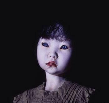 """Bộ kimono xui xẻo Một bộ kimono được nhiều người xem là mang lại điềm xui xẻo khi ba chủ nhân của nó, là ba thiếu nữ Nhật Bản, đều lần lượt qua đời trước khi có cơ hội mặc nó. Một thầy tu thấy nó quá """"chết chóc"""" nên quyết định mang nó đi […]"""