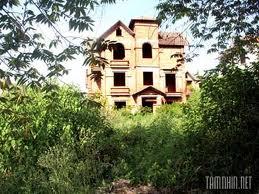 Nhìn bức ảnh chụp ngôi biệt thự có tên là Hoa Hồng, Bình ngạc nhiên: – Nhà cửa như thế này mà bỏ hoang à? Dự gật đầu: – Chẳng những bỏ hoang mà bố tao còn định bỏ luôn ấy chứ? Bình xí một tiếng: – Phí của trời! Không ở được thì bán […]